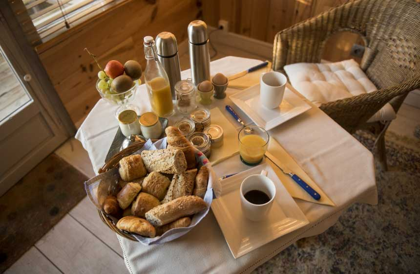 Petit déjeuner au lit apporté dans un panier