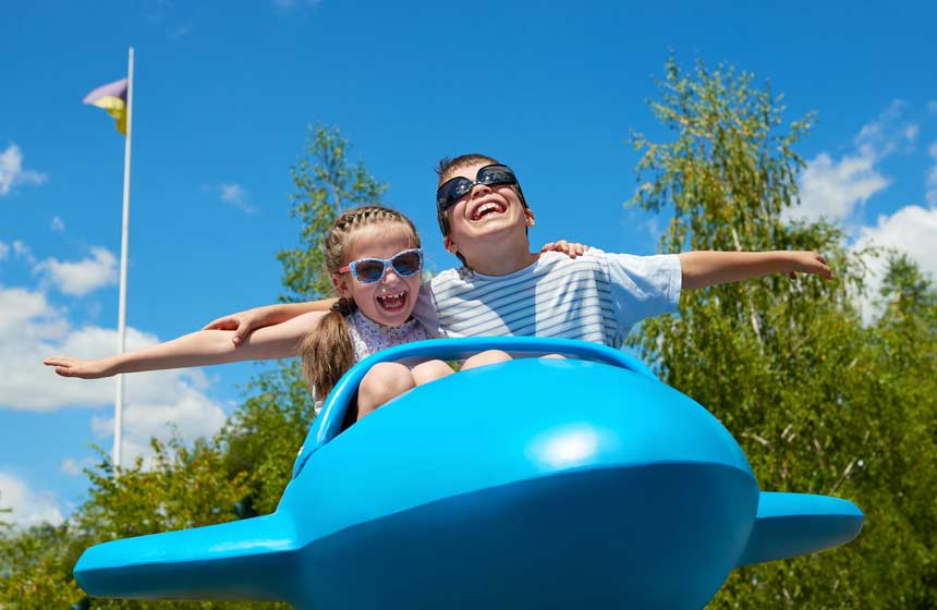 Les enfants font l'avion au Parc d'attraction