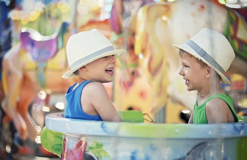 Les enfants s'amusent au Parc d'attraction