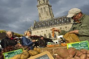 Le marché sur la grand-place d'Arras